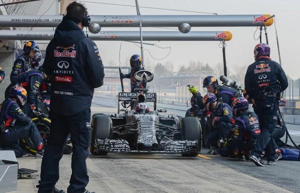 F1-2015-MONTMELO-Test-20-Février-Stand-RED-BULL-arret-pour-DANIEL-RICCIARDO-Photo-Antoine-CAMBLOR