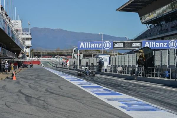 F1-2015-MONTMELO-Test-22-février-NICO-ROSBERG-ligne-droite-des-stands-Photo-Antoine-CAMBLOR.