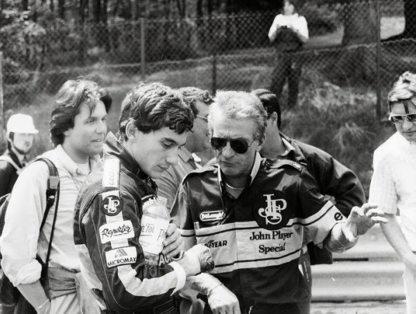 GERARD-DUCAROUGE-et-AYRTON-SENNA-Team-LOTUS