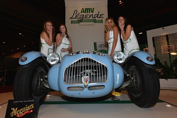 RETROMOBILE-2015-Les-Belles-hotesses-du-stand-AMV-Assurances-Photo-Thierry-THOMASSIN