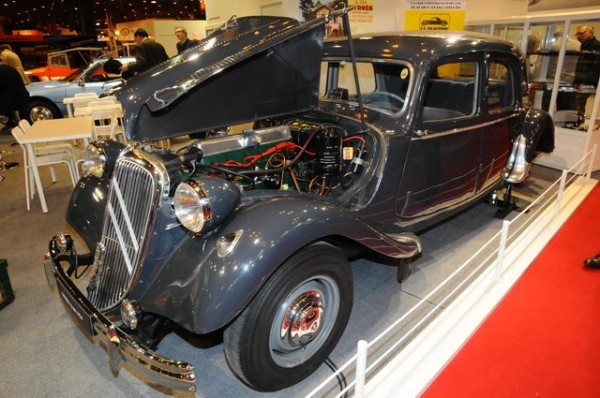 RETROMOBILE-2015-Stand-CITROEN-Une-traction.
