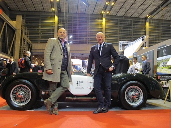 RETROMOBILE-2015-Stand-HOTELS-PREFERENCE-Bertrand-L-HUILLIER-et-Nicolas-DUBOIS-devant-la-JAGUAR-TYPE-C-Photo-Thierry-THOMASSIN