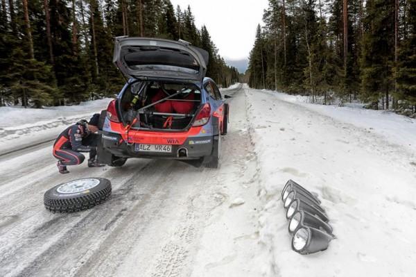 WRC-2015-SUEDE-Thierry-NEUVILLE-Changement-de-pneumatiques-en-liaison.