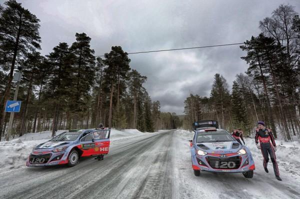 WRC-2015-SUEDE-Thierry-NEUVILLE-et-Kevin-ABBRING sur le parcours de liaison