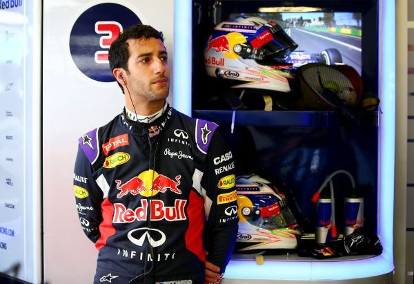 F1-2015-MELBOURNE-DANIEL-RICCIARDO-dans-le-stand-RED-BULL-RENAULT-songeur-et-pensif