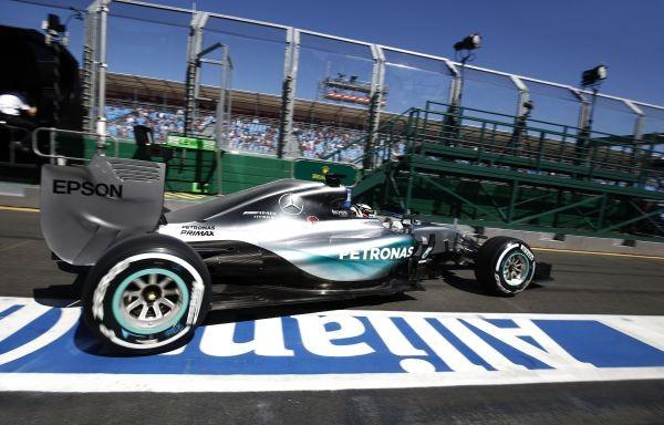 F1-2015-MELBOURNE-La-MERCEDES-de-LEWIS-HAMILTON-quitte-so-stand-et-file-vers-la-victoire-ce-dimanche-15-mars
