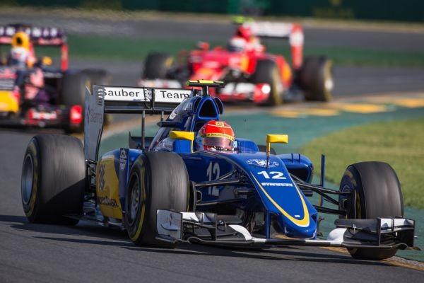F1-2015-MELBOURNE-La-SAUBER-de-FELIPE-NASR-le-ROOKIE-BRESILIEN-devant-la-RED-BULL-RENAULT-de-RICCIARDO-et-la-FERRARI-de-RAIKKONEN.