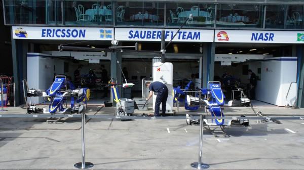 F1-2015-MELBOURNE-Les-stands-SAUBER-de-NASR-et-ERICCSON