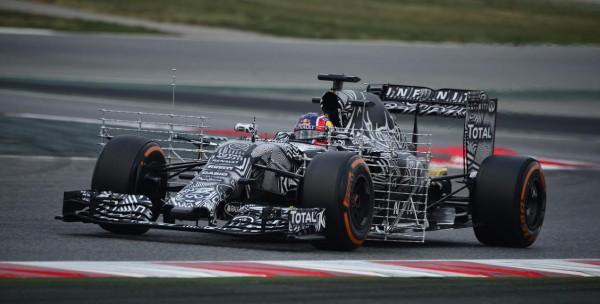 F1-2015-MONTMELO-27-FEVRIER-DANIIL-KVYAT-et-la-RED-BULL-RENAULT-Photo-MAX-MALKA