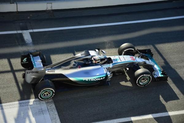 F1-2015-MONTMELO-27-FEVRIER-La-MERCEDES-avec-HAMILTON-quitte-son-stand-Photo-MAX-MALKA