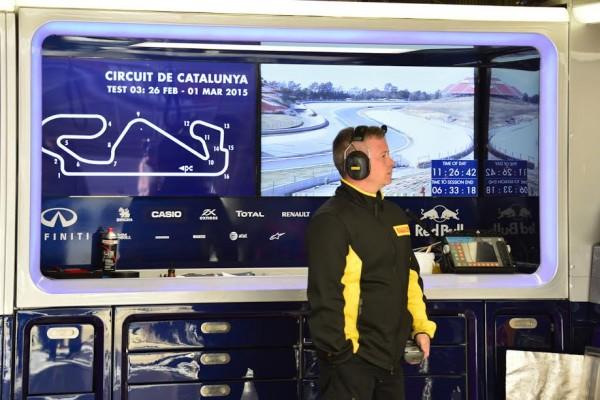 F1 2015 MONTMELO - Test Samedi 28 fevrier - FORMULA ONE TESTS DAYS - TECHNICIEN PIRELLI - Photo MAX MALKA