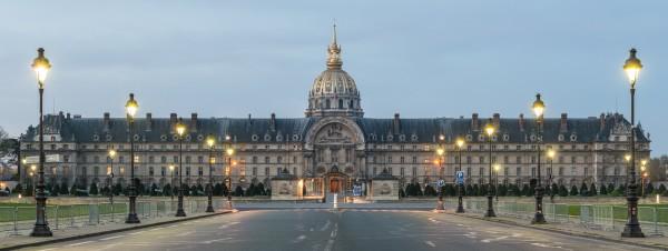 PARIS L'ESPLANADE DES INVALIDES  dans le trés chic quartier du VII éme arrondissement