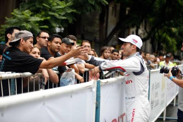 WTCC-2015-A-BUENOS-AIRES-Show-Equipe-CITROEN-LOPEZ-salue-son-public