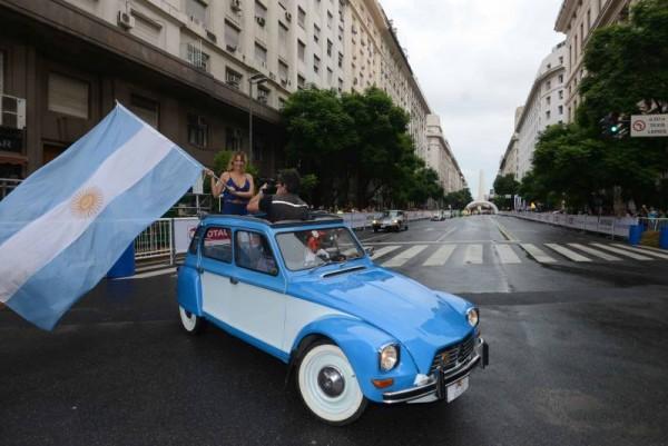 WTCC-2015-A-BUENOS-AIRES-Show-Equipe-CITROEN-dans-les-rues-avec-une-DYANE