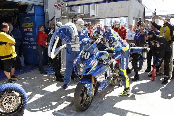24-HEURES-DU-MANS-MOTO-le-dernier-arret-ravitaillement-de-la-SUZUKI-du-SERT-qui-file-vers-la-victoire-Photo-Thierry-COILIBALY-