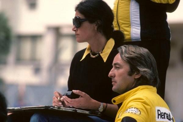 ANNE BOISNARD sur le muret sur un circuit de F1 avec Gerard LARROUSSE le Directeur de l equipe RENAULT-ELF-TURBO Photo Bernard ASSET