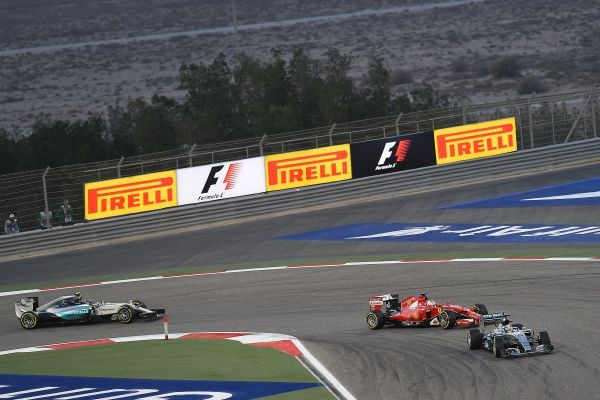 F1-2015-BAHREIN-HAMILTON-devance-RÄIKKONEN-et-son-équipier-Nco-ROSBERG.