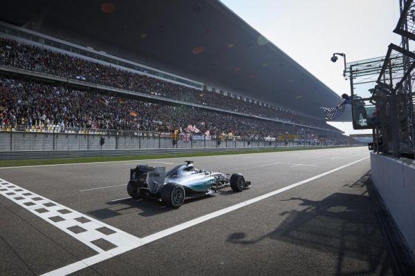 F1-2015-CHINE-SHANGHAI-VICTOIRE-sans-passion-de-la-MERCEDES-de-Lewis-HAMILTON.