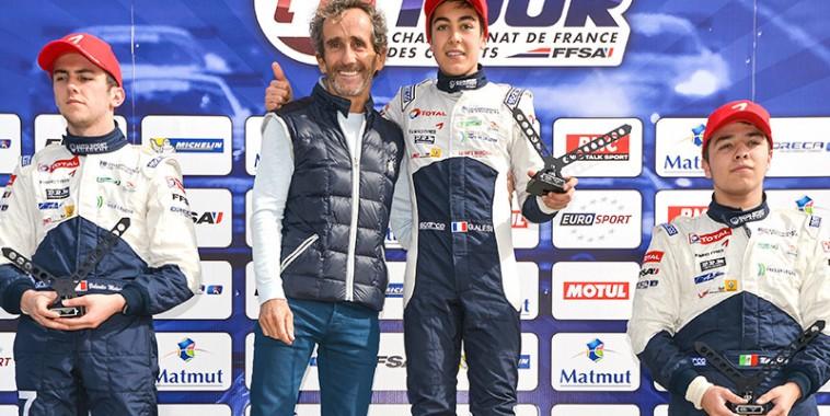 F4-2015-ALAIN-PROST-felicite-GUILIANO-ALESI-sur-la-plus-haute-marche-du-podium-le-19-avril-a-LEDENON