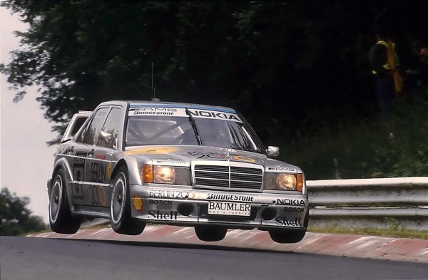 NURBURGRING-2015-DTM-1992-Keke-ROSBERG-Mercedes-190-décolle-sur-une-des-bosses-©-Manfred-GIET