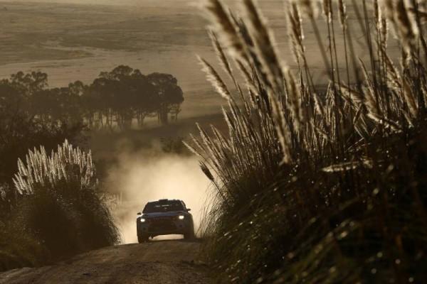 WRC-2015-ARGENTINE-26-avril-DS3-CITROEN-de-KRIS-MEEKE-QUI-FILE-VERS-LA-VICTOIRE.