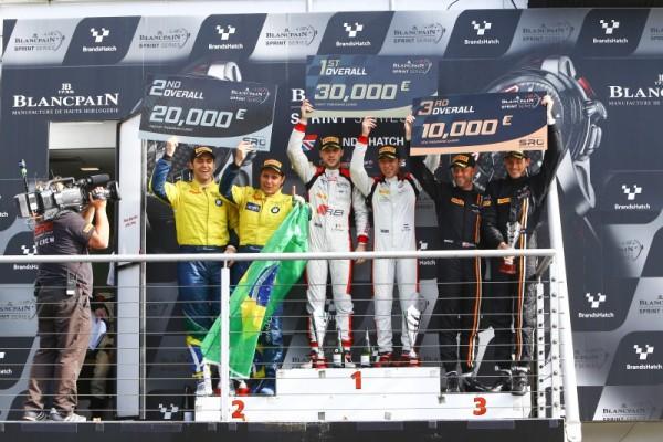BLANCPAIN-2015-BRANDS-HATCH-le-podium-avec-les-vainqueurs-LAURENS-VANTHOOR-ETROBIN FRIJNS