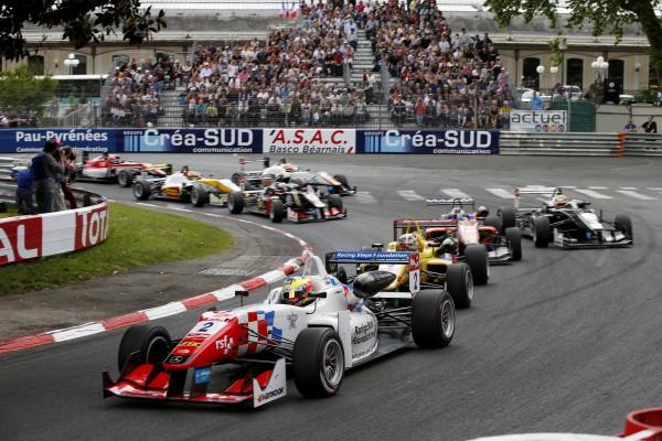 F3 2015 GP DE PAU Le depart de la 3éme course au virage de la gare.