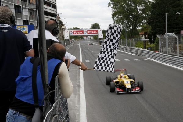 F3 2015 GP de PAU Victoire finale dans la 3éme manche de ANTONIO GIOVINAZZI