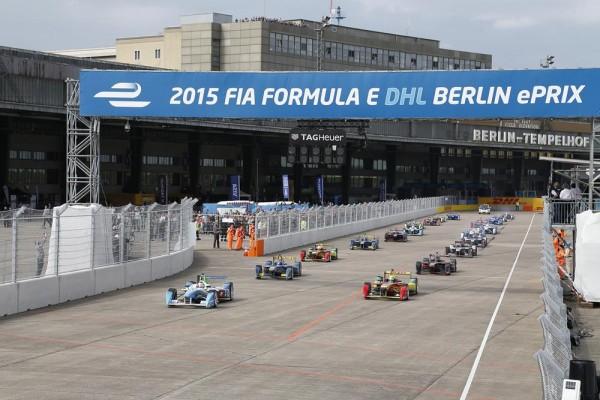 FORMULE E 2015 BERLIN Le depart sur la piste de l aeropiort de TEMPHOL