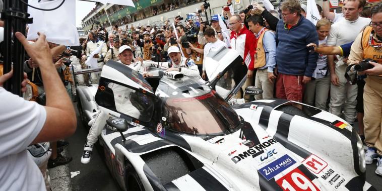 24-HEURES-DU-MANS-2015-Arrivee-au-pied-du-podium-des-VAINQUEURS-HULKENBERG-TANDY-BAMBER-PORSCHE-959-N°19