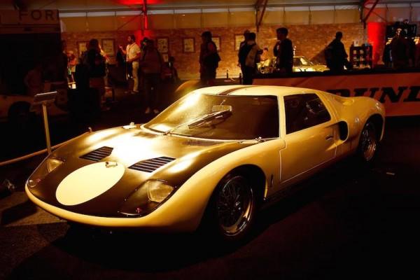 24-HEURES-DU-MANS-2015-Expositionb-DUEL-FORD-FERRARI-des-années-Ford-GT-40-de-1964-Photo-Patrick-MARTINOLI
