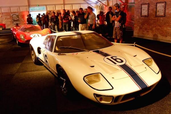 24-HEURES-DU-MANS-2015-Expositionb-DUEL-FORD-FERRARI-des-années-La-Ford-GT-40-de-1964-Photo-Patrick-MARTINOLI.