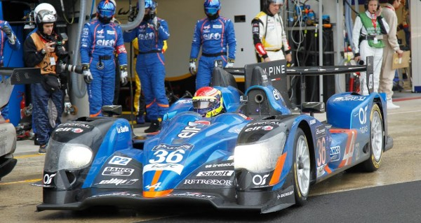 24-HEURES-DU-MANS-2015-Test-ALPINE-SIGNATECH-quittant-son-stand-avec-Nelson-PANCIATICI-Photo-Thierry-COULIBALY