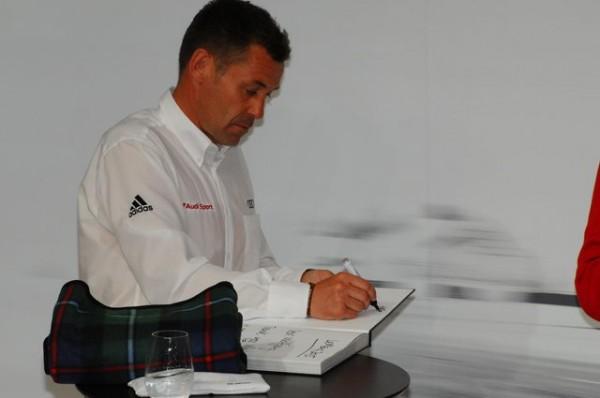 24-Heures-du-Mans-2015-Audi-Tom-Kristensen-dessine-une-caricature-du-Dr-Ullrich-Photo-Patrick-Martinoli