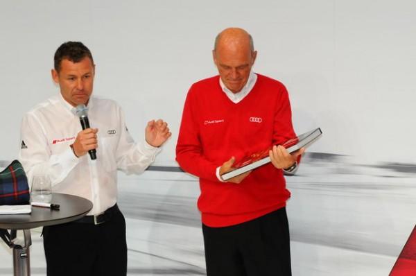 24-Heures-du-Mans-2015-Audi-Tom-Kristensen-offre-son-livre-au-Dr-Ullrich-Photo-Patrick-Martinoli