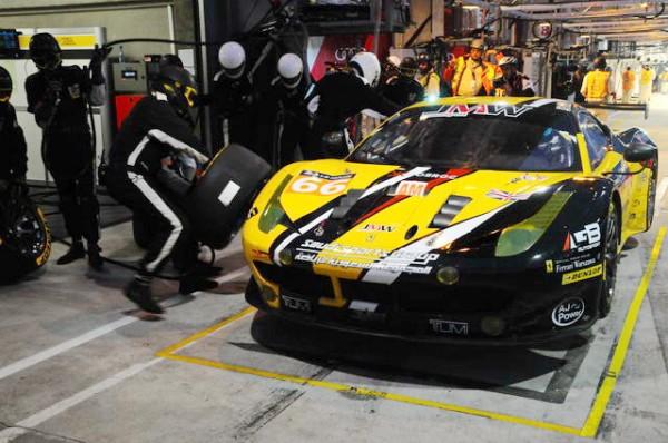 24-Heures-du-Mans-2015-Changement-de-pneus-pour-la-Ferrari-JMW-seul-GT-en-Dunlop-Photo-Patrick-Martinoli.