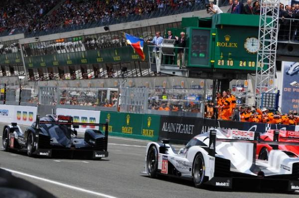 24-Heures-du-Mans-2015-Départ-Bill-Ford-baisse-le-drapeaubleu-blanc-rouge-Photo-Patrick-Martinoli