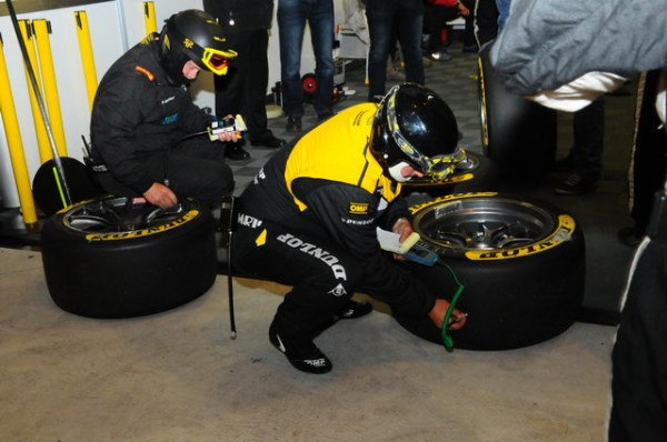 24-Heures-du-Mans-2015-On-vérifie-à-chaque-changement-la-température-des-pneumatiques-démontés-Photo-Patrick-Martinoli.