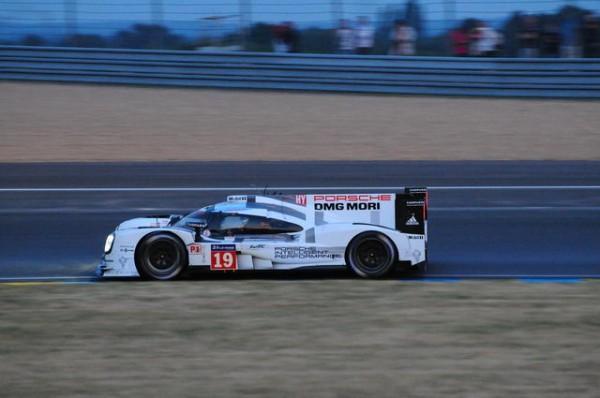 24-Heures-du-Mans-2015-  La PORSCHE N°19  En tête au petit matin -Photo-Patrick-Martinoli.