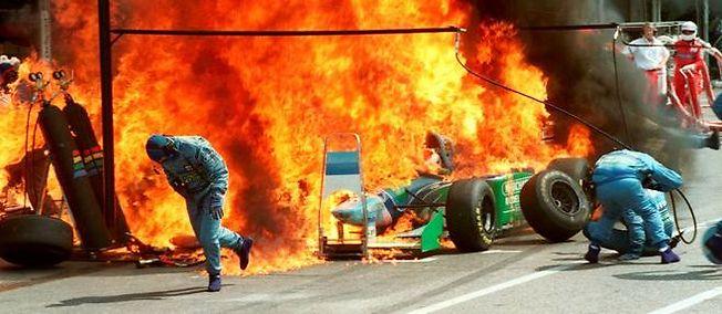 F1-2004-GP-ALLEMAGNE-a-HOCKENHEIM-Incendie-pendant-le-ravitaillemenr-essence-de-la-BENETTON-DU-hOLLANDAIS-JOS-VERSTEPPEN-Photo-DR.