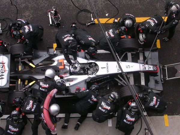 F1-2004-RAVITAILLEMENT-Stand-McLAREN-