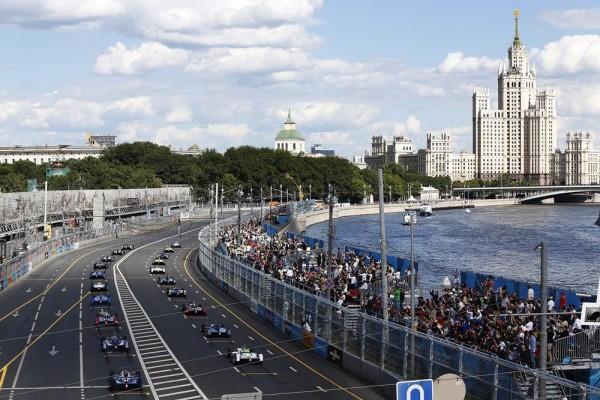 FORMULE E 2015 MOSCOU Le depart avec VERGNE en pole et PIQUET a ses cotes en 1ére ligne