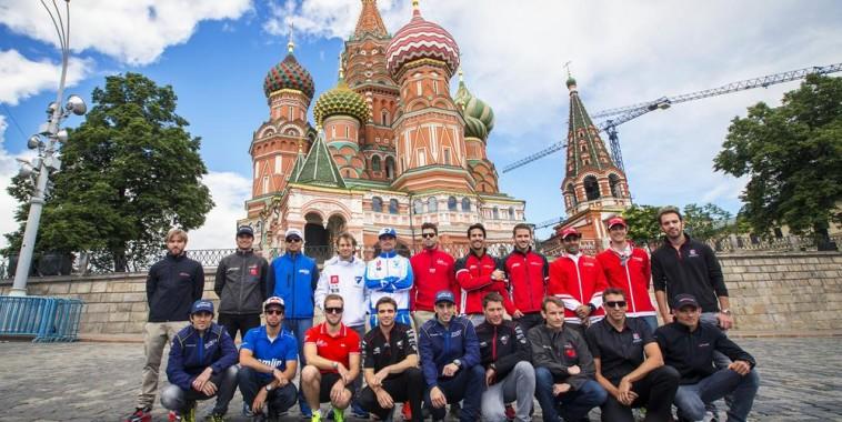 FORMULE-E-2015-MOSCOU-lES-VINGT-CONCURRENTS-devant-le-KREMLIN-le-6-juin