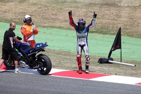 MOTO-GP-2015-BARCELONE-Arrivee-victorieuse-de-JORGE-LORENZO-Photo-Bruno-GAGLIARDI.