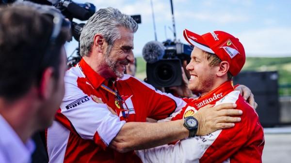 F1-2015-BUDAPEST-Maurizio-ARRIVZABENE-FELICITE-SEB-VETTEL-apres-sa-victoire-la-seconde-de-la-saison.