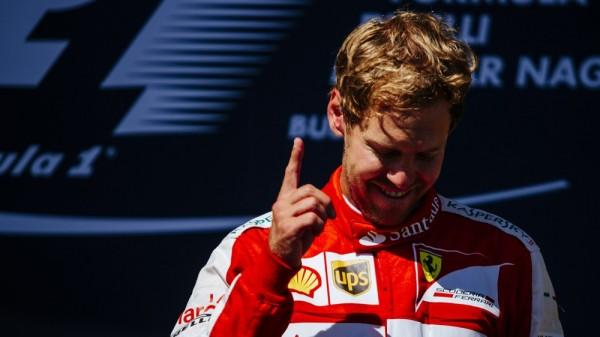 F1-2015-BUDAPEST-SEB-VETTEL-1er-sur-le-podium et visiblement extrêmement ému