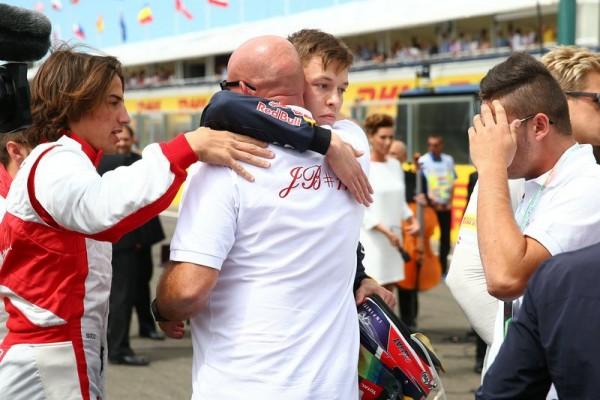 F1-2015-BUDAPEST-le-pilote-de-f1-daniil-kyvat-console-le-père-de-jules-bianchi