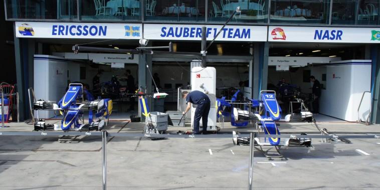 F1-2015-Les-stands du Team SAUBER-de-NASR-et-ERICCSON.