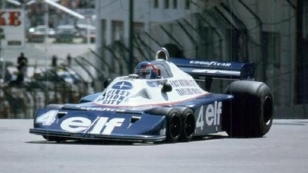 F1-Patrick-Depailler-au-volant-de-la-Tyrrell-P34-2-B-ou-P34-3-dans-les-rues-de-Long-Beach-en-1977