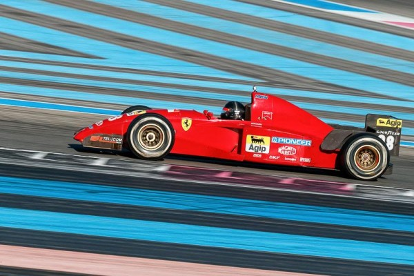 FERRARI-DAYS-2015-PAUL-RICARD-l-AMERCIAIN-GREENFIELD-avec-la-F1-de-BERGER-de-1995-Photo-Alain-RAGU.